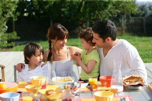 Eine Familie isst zusammen