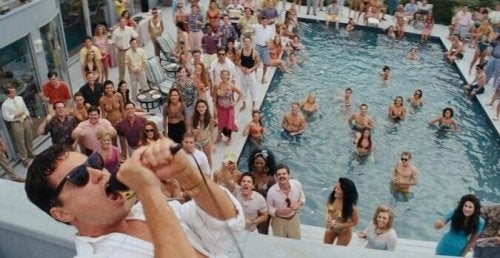 Feiernde Leute am Pool