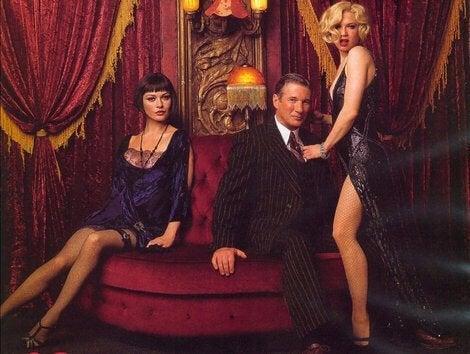 Drei Figuren aus Chicago auf einem roten Sofa