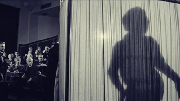 Der Schatten des Elefantenmenschs auf einem Vorhang sichtbar