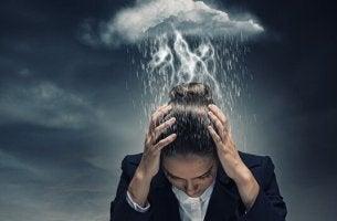 Folgen von Überarbeitung - eine dunkle Wolke schwebt über einer Frau