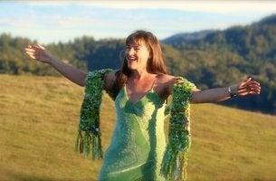 Lissa Rankin mit offenen Armen auf einer Wiese
