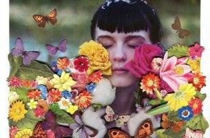 Frau bedeckt mit Blumen