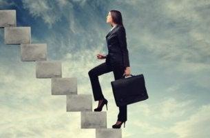 Bei der Arbeit erfolgreich - Frau erklimmt Karriereleiter.