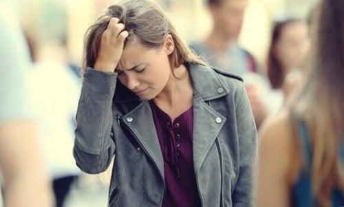 Frau fasst sich vor Angst an den Kopf. Wie kann man jemandem mit Angst helfen?