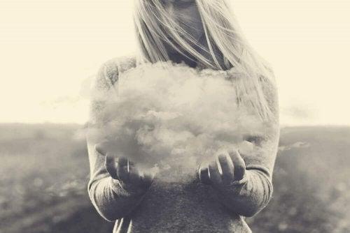 Frau hält eine Wolke fest