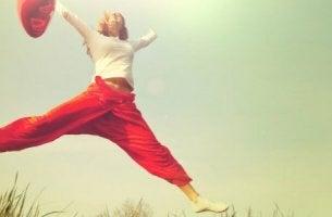Eine Frau hüpft vor Freude