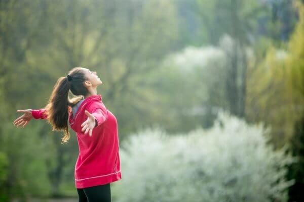 Eine Frau erfüllt sich eines ihrer Bedürfnisse, an der frischen Luft zu sein