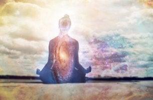 Aufsagen von Mantras - eine Frau im Lotussitz