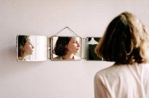 Andere glücklich machen - Frau in drei Spiegeln