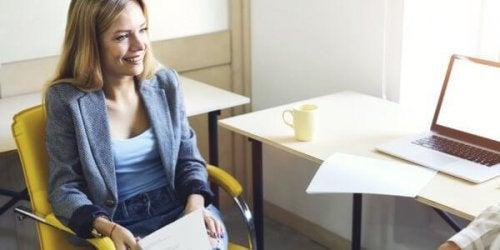Eine Frau in einem Vorstellungsgespräch