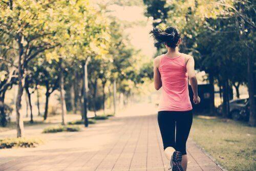 Frau joggt auf einem Weg.