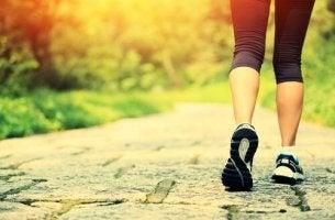 Frau joggt durch einen Park.