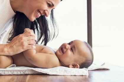 Eine Frau lächelt ihr Baby an.