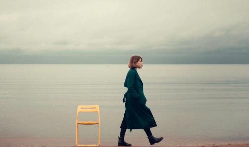 Nullkontakt - Frau lässt einen Stuhl zurück