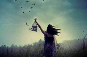 Frau lässt Vögel frei
