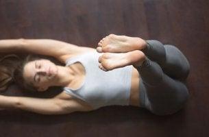 Frau praktiziert Asanas für guten Schlaf