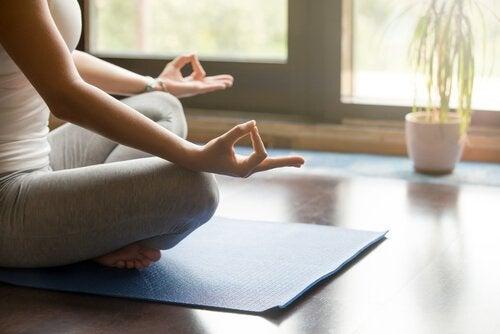Eine Frau meditiert nach dem Aufstehen.