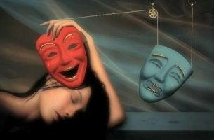 Frau mit fröhlicher und trauriger Maske als Symbol für Neurose