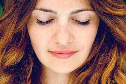 Frau mit geschlossenen Augen lächelt