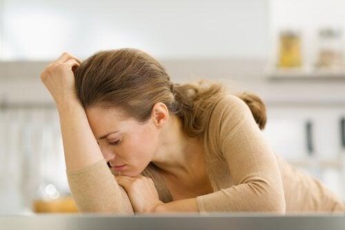 Frau mit gestresstem Gesichtsausdruck