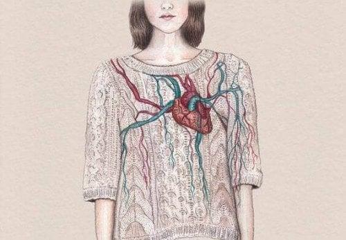 Frau mit Herz auf der Brust, das sie lebendig fühlen lässt