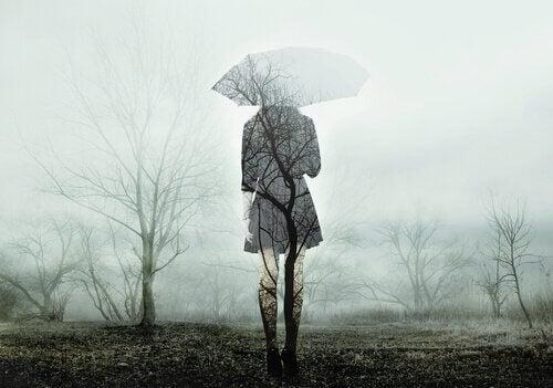 Frau mit Schirm im Herbst