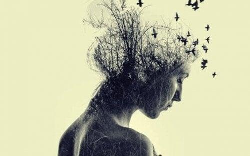 Frau mit Vögeln über dem Kopf