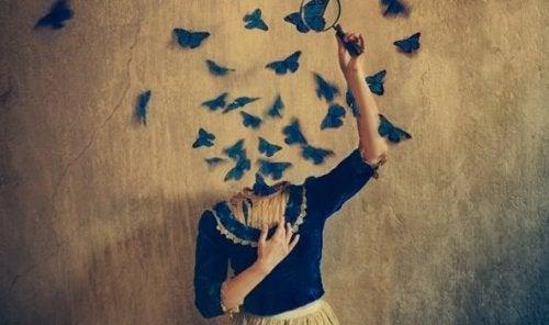 Frau mit Schmetterlingen als Kopf