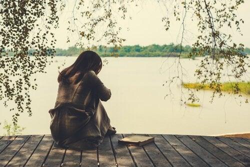Eine Frau durchlebt den Trauerprozess an einem verlassenen See.