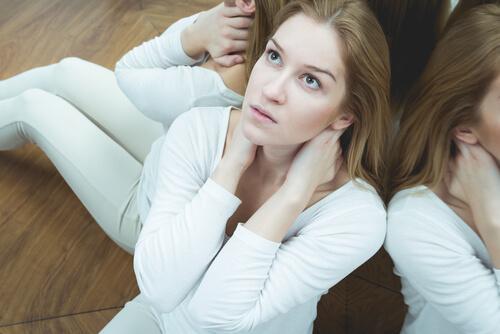 Eine Frau mit Zyklothymia sitzt auf dem Fußboden