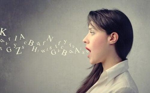 Frau spricht Buchstaben