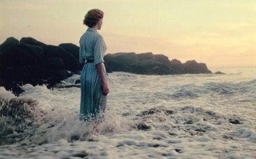 Meer und Gesundheit gehen Hand in Hand - Frau in den Wellen