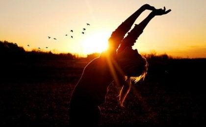 Eine Frau reckt ihre Hände in den Himmel.