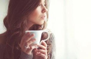 Tee zur Entspannung - Frau hält eine Tasse Tee.