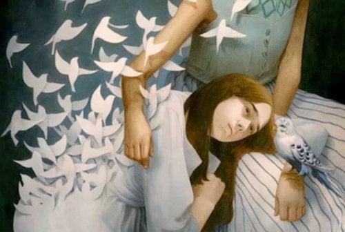 Frau umarmt Kind, aus dessen Kleid Vögel fliegen