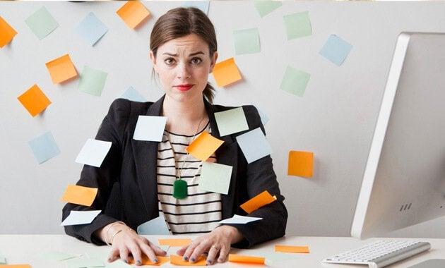 Frau umgeben von Notizzetteln