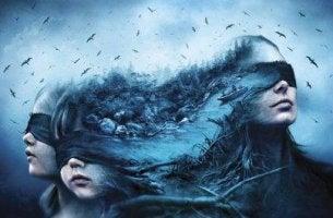 Frau und Kinder mit verdeckten Augen