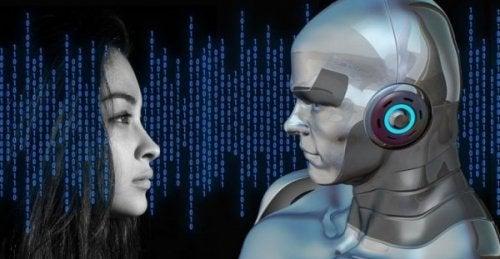 Eine Frau und ein Roboter stehen sich gegenüber.