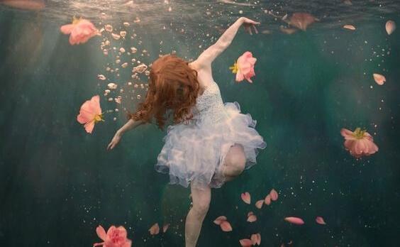 Frau, die unter Wasser schwimmt