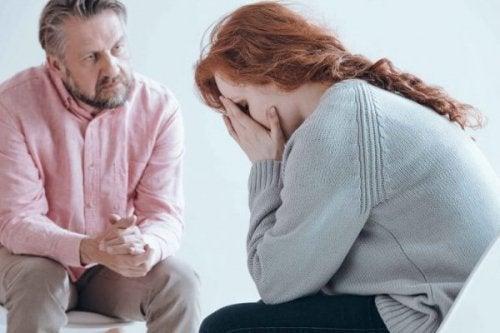 Eine Frau weint beim Psychologen