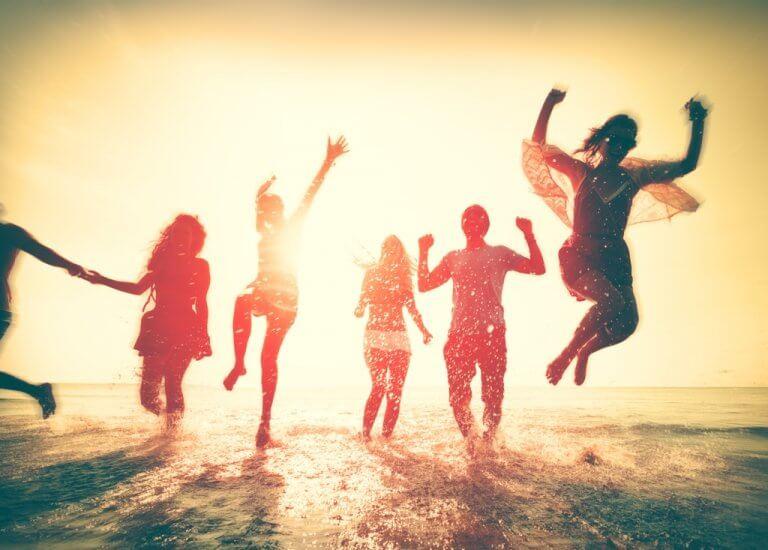 Freunde springen fröhlich in die Luft