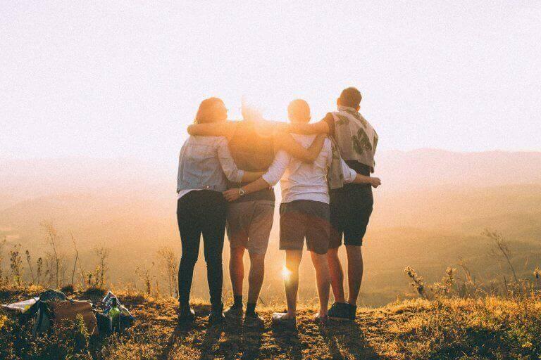 Freunde, die sich umarmen
