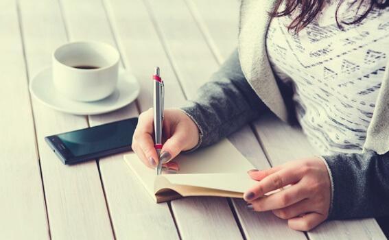 Ideale Morgenroutine: Tagebuchschreiben gehört dazu.