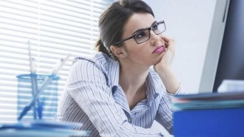 Gelangweilte Frau bei der Arbeit