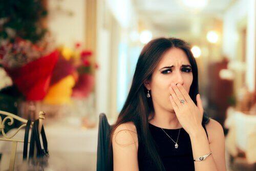 Gelangweilte Frau bei festlichem Essen