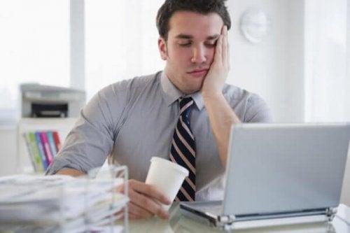 Boreout-Syndrom bei einem Mann vor dem Rechner