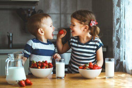 Geschwister essen Erdbeeren