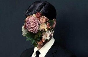 Von Blumen verdecktes Gesicht