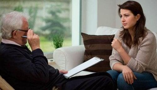 Eine Frau spricht mit einem Therapeuten.